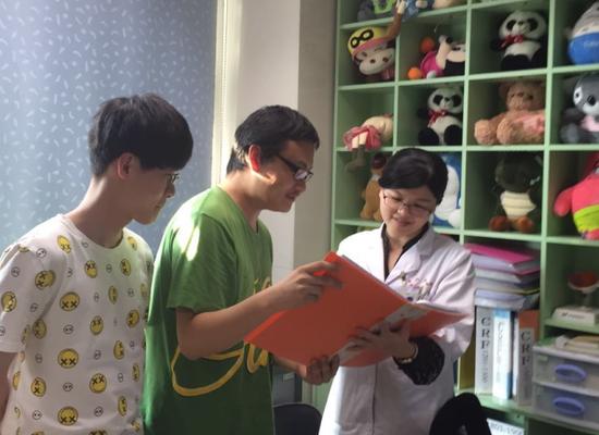 图为刘西洋教授的研究生和医生讨论筛查分级诊断方法